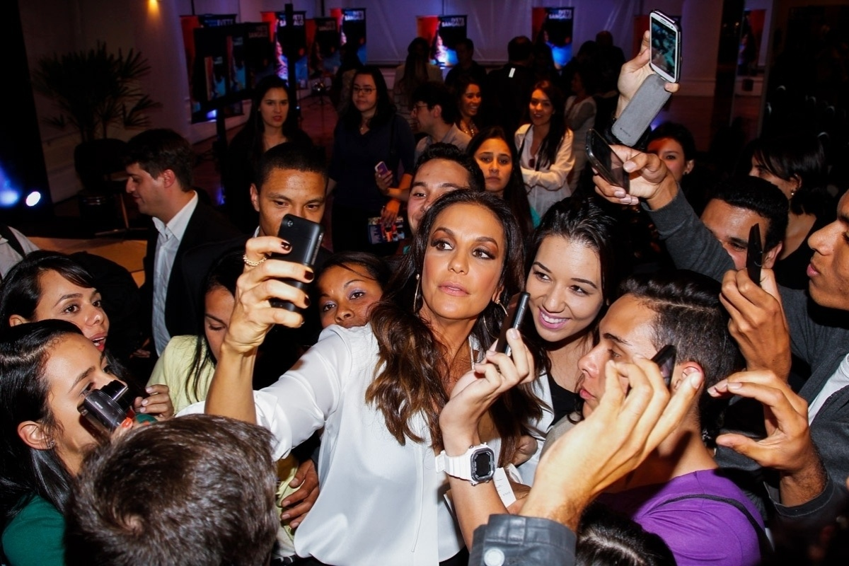29.abr.2014 - Ivete Sangalo tira foto com jornalistas e fãs na coletiva de imprensa do lançamento do CD e DVD