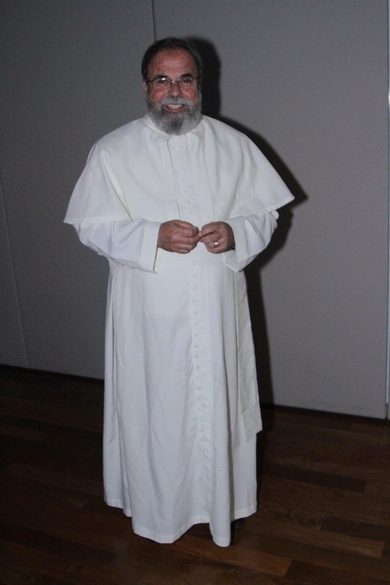 29.abr.2014 - Padre Antônio Maria vai ao lançamento da biografia oficial de Roberto Carlos em shopping de São Paulo