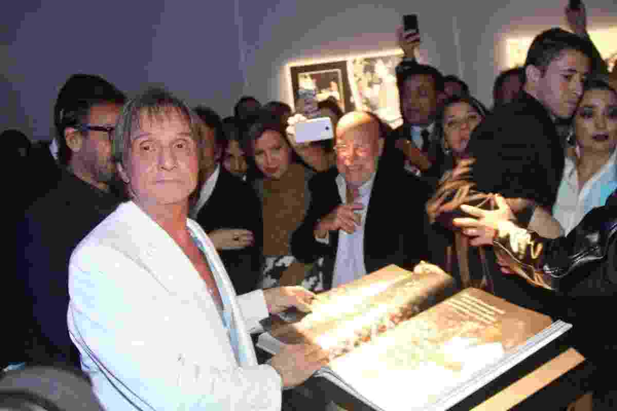 29.abr.2014 - Roberto Carlos recebe carinho de amigos ao abrir sua biografia em lançamento, em São Paulo - Caio Duran e Thiago Duran/AgNews