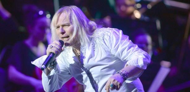 9.mar.2014 - O cantor canadense Bernie Shaw, da banda britânica Uriah Heep, se apresenta em Berlim  - EFE
