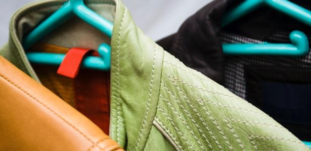 Tanto o couro quanto os materiais sintéticos não podem ser lavados com água como os outros tecidos - Thinkstock