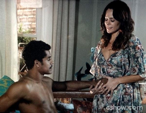 Juliana coloca a mão de Jairo em sua barriga para o maridão sentir o filho