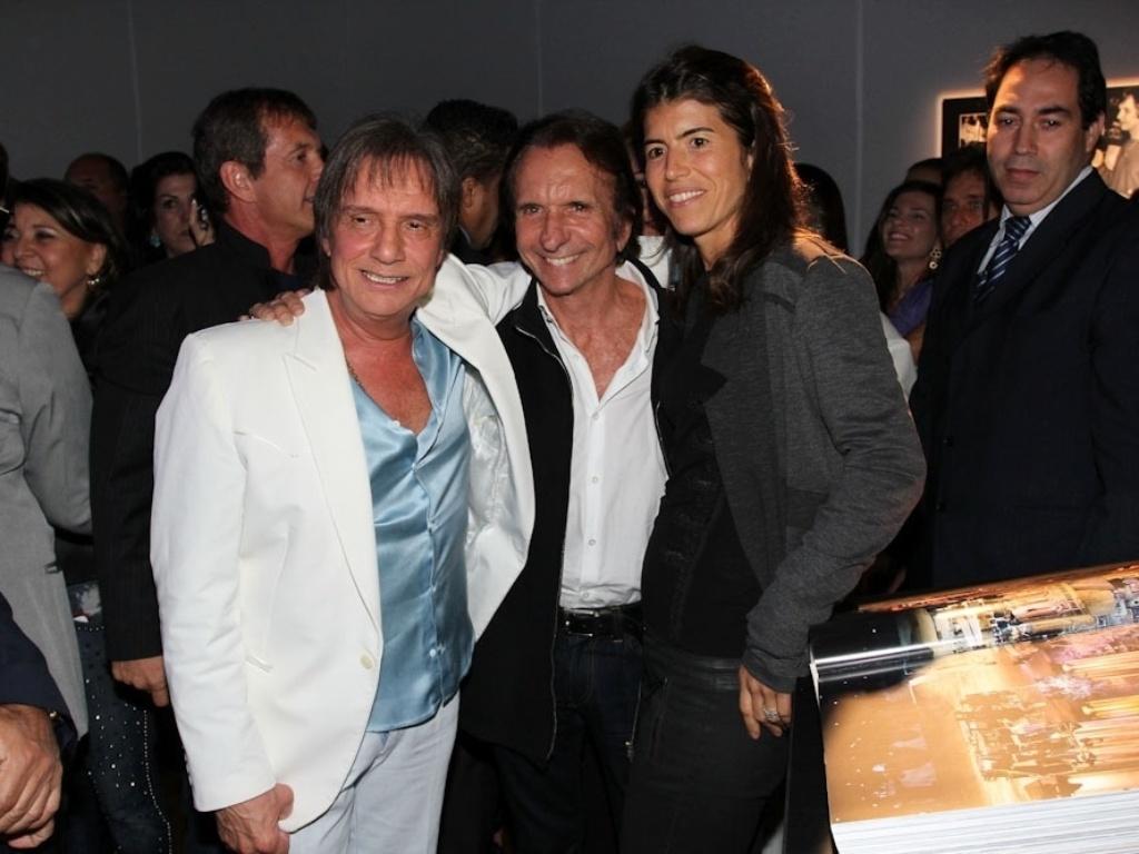29.abr.2014 - Emerson e Rossana Fittipaldi prestigiam Roberto Carlos durante o lançamento de sua biografia fotográfica oficial em shopping de São Paulo