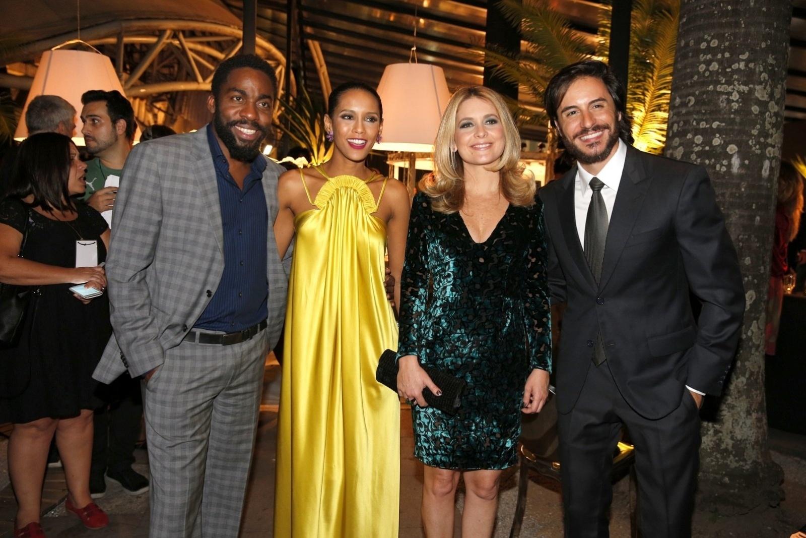 29.abr.2014 - Lázaro Ramos, Taís Araújo, Cláudia Abreu e Ricardo Tozzi posam durante a festa de lançamento da novela