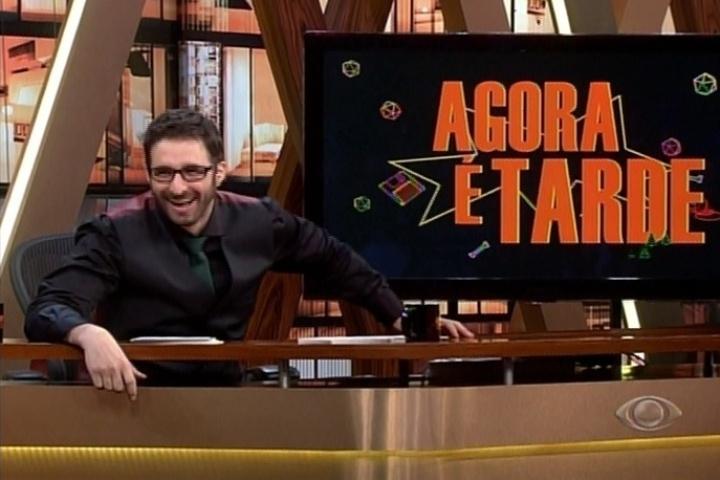 29.abr.2014 - Rafinha Bastos ridiculariza o Troféu Imprensa em seu programa, o Agora é Tarde, e ironiza que Danilo Gentili tenha ganhado o prêmio.