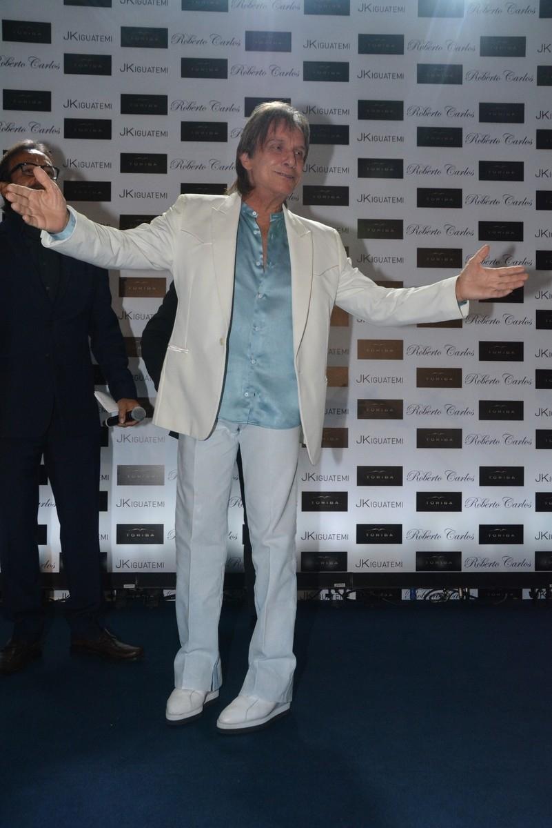 29.abr.2014 - Roberto Carlos lança sua biografia fotográfica oficial em shopping de São Paulo. A edição é limitada, com três mil exemplares, e tem o valor de R$ 4,5 mil cada. A obra chegará às livrarias de todo o país em lotes de 500 unidades por vez