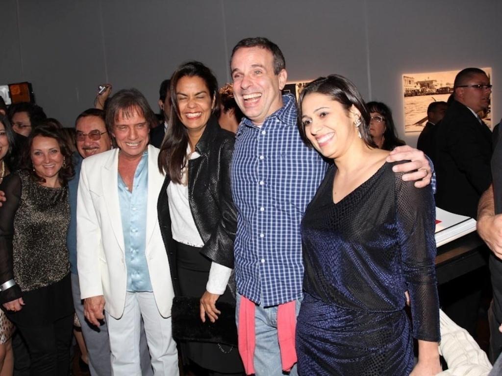 29.abr.2014 - Roberto Carlos posa com familiares no lançamento de sua biografia fotográfica oficial em shopping de São Paulo