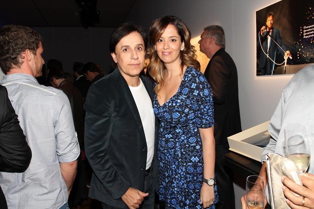 29.abr.2014 - Tom Cavalcante posa com a mulher, Patrícia, durante lançamento da biografia fotográfica oficial de Roberto Carlos