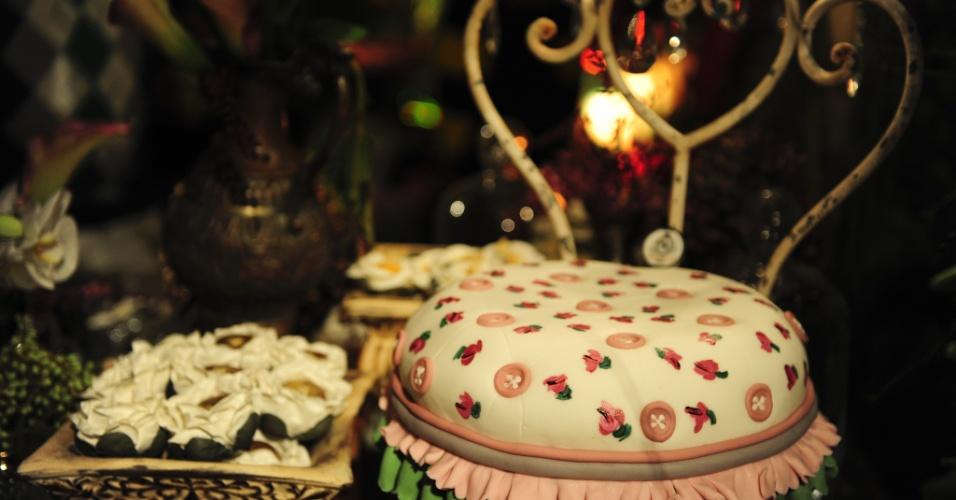 29.abr.2014 - Detalhe na decoração da mesa da Manô Andrade Doces (www.manodoces.com.br) com a cadeira com estofado de bolo e pintado à mão, na Degustar 2014