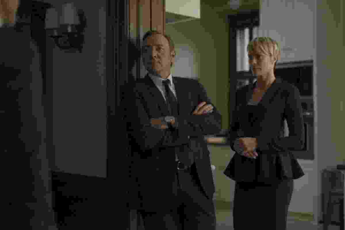 """Em """"House of Cards"""", Claire Underwood (Robin Wright) se destaca por seu estilo impecável, com roupas que reforçam sua postura séria e elegante. Quase sempre a personagem aparece vestida com cores escuras: preto, cinza ou azul marinho e com peças de alfaiataria em tecidos e modelagens estruturados - Divulgação"""