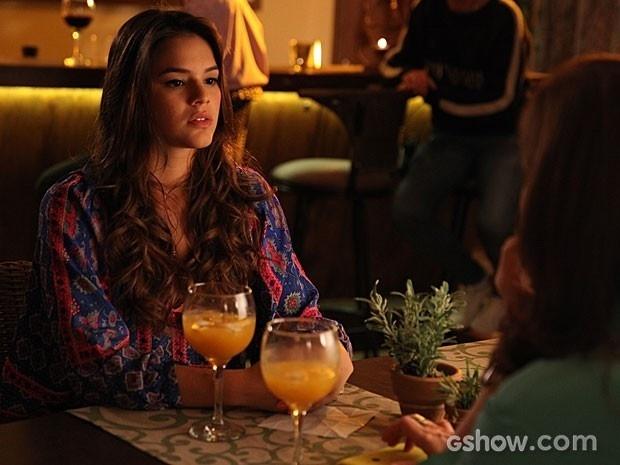 Luiza consegue iniciar a tão importante conversa com Helena