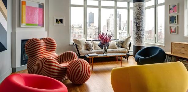 Na sala de estar, a grande poltrona listrada, com o pufe bola, foi desenhada pelo italiano Gaetano Pesce - Bruce Buck/The New York Times
