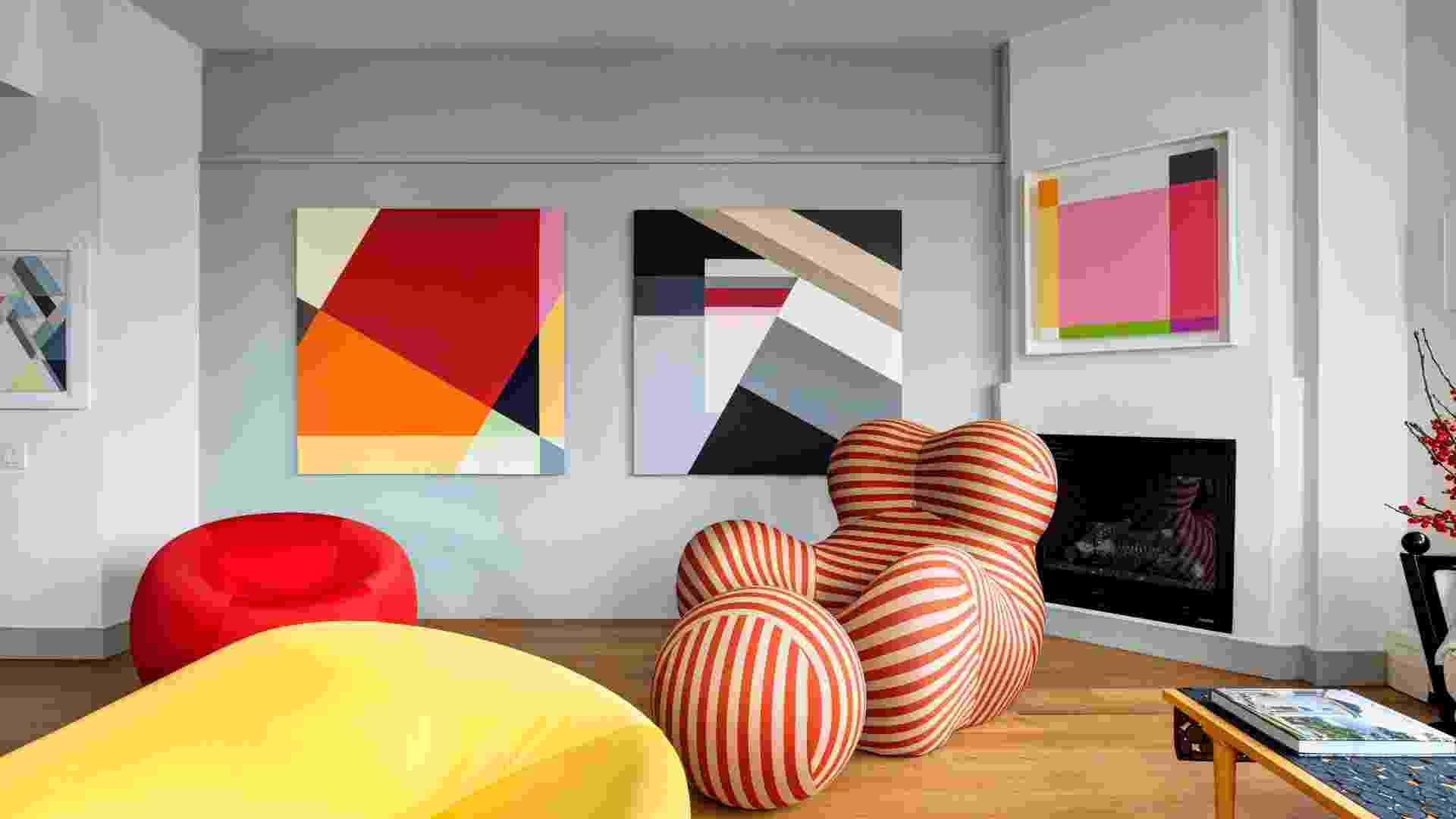"""No apartamento do arquiteto Allan Greenberg, as pinturas abstratas assinadas por sua mulher, Judith Seligson, decoram a sala de estar. """"A única paixão que Judy e eu temos em comum é a arte moderna"""", diz Greenberg - Bruce Buck/The New York Times"""