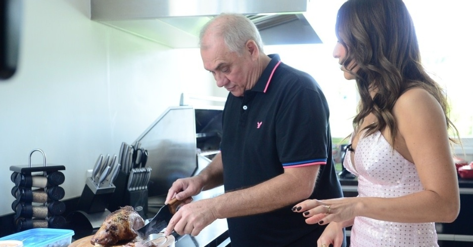 """No segundo """"Programa da Sabrina"""", a apresentadora Sabrina Sato faz uma visita à casa de Marcelo Rezende. De bermuda e tênis, ele preparou um almoço e mostrou seu lar. O programa deste sábado (30) tem ainda a participação de Valesca Popozuda e uma entrevista com a atriz Cameron Diaz"""