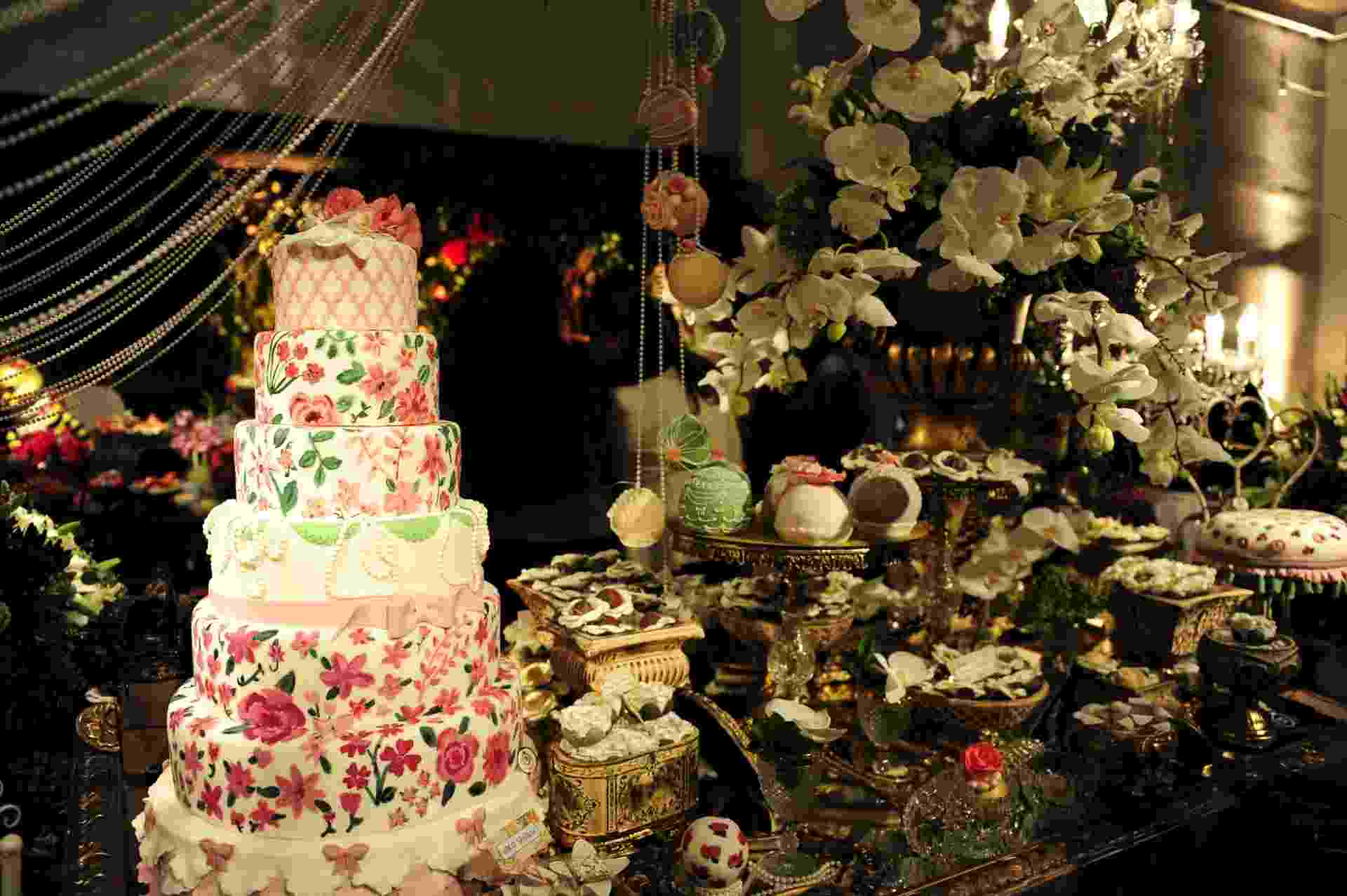29.abr.2014 - Proposta de mesa da Manô Andrade Doces (www.manodoces.com.br) com decoração da Perfect Flowers (www.perfectflowerscom.br) na Degustar 2014 - Junior Lago/UOL