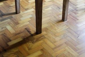 Faça o reparo dos tacos soltos antes que o piso fique todo danificado - Reinaldo Canato/UOL