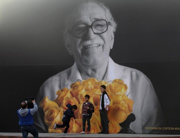 Público tira foto em frente a painel com imagem do escritor Gabriel García Márquez na 27ª Feira Internacional do Livro de Bogotá - John Vizcaino/Reuters