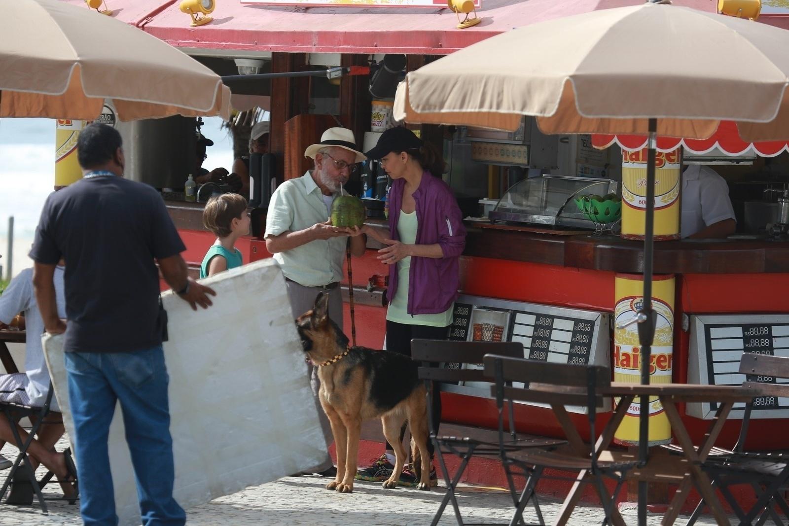 1.mai.2014 - Ao lado de Julia Lemmertz, Paulo José toma água de coco durante gravação de