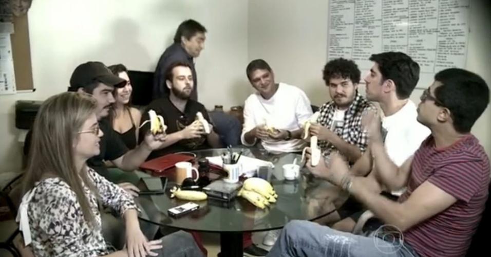 1.mai.2014 - Cena em que Zeca Camargo cai da mesa, durante entrevista com equipe do