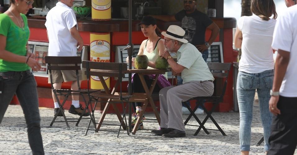 """1.mai.2014 - Julia Lemmertz e Paulo José tomam água de coco durante gravação de """"Em Família"""" no Recreio dos Bandeirantes, no Rio de Janeiro"""
