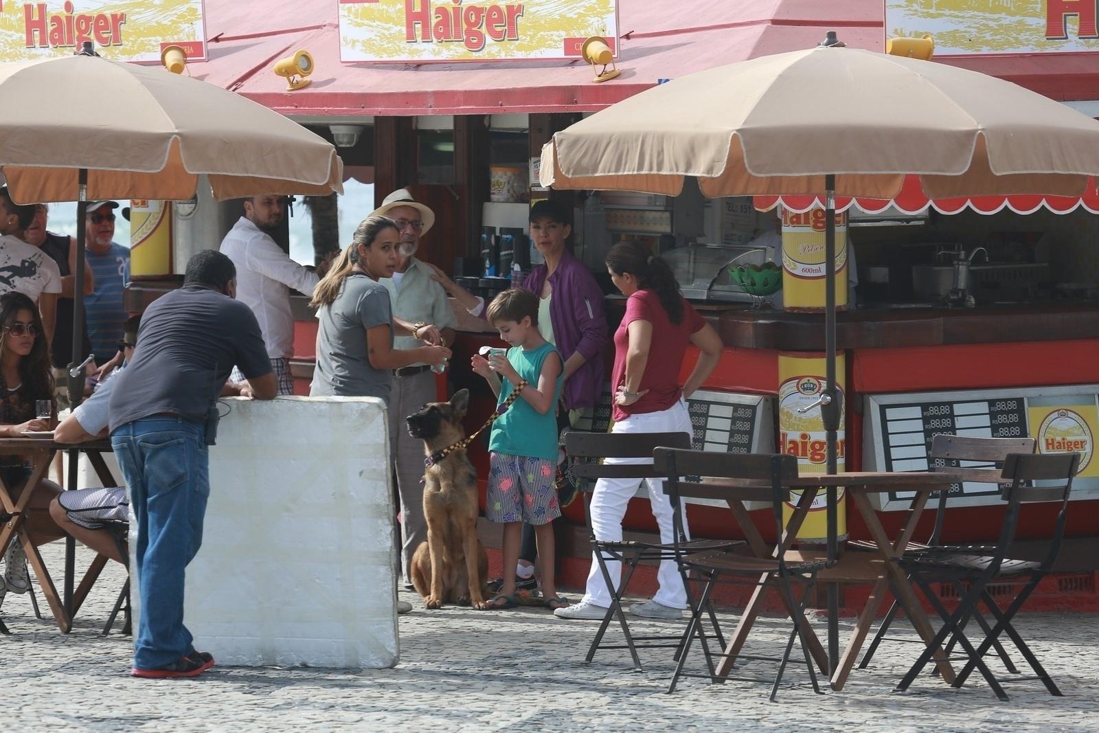 1.mai.2014 - Julia Lemmertz, Paulo José e o ator mirim Vitor Figueiredo recebem água durante gravação de