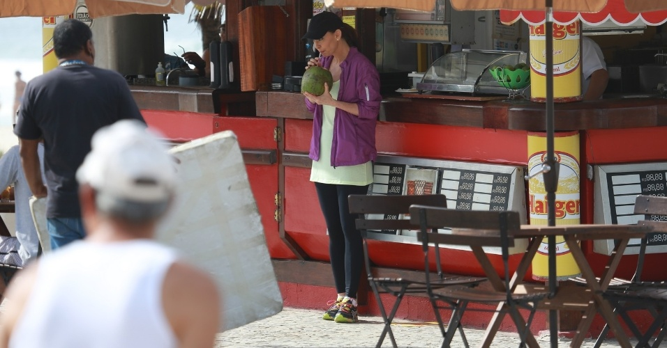 """1.mai.2014 - Julia Lemmertz toma água de coco durante gravação de """"Em Família"""" no Recreio dos Bandeirantes, no Rio de Janeiro"""