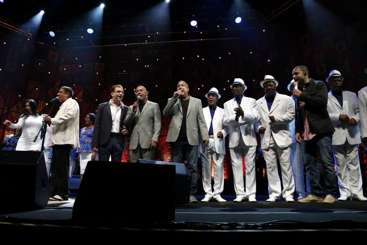 30.abr.2014 - Zeca Pagodinho é acompanhado por seu convidados Gabrielzinho, Dudu Nobre, Sombrinha, Velha Guarda da Portela e Diogo Nogueira durante a música