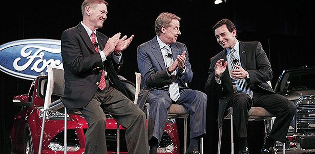 Alan Mulally (direita) e Bill Ford (centro) aplaudem Mark Fields, que assume chefia em julho - Bill Pugliano/Getty Images/AFP - Bill Pugliano/Getty Images/AFP