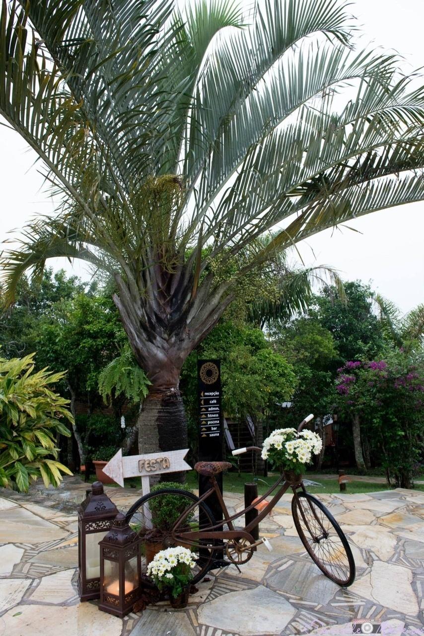 Parte do Espaço Casamento Sustentável, apresentado na feira Expo Noiva & Festas, o trabalho da Rosa Maria Calil Eventos traz objetos de decoração restaurados e reciclados, como a linda bicicleta com cesta de flores