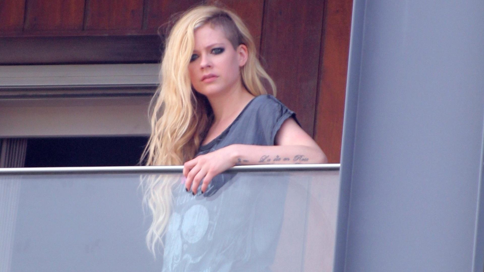2.mai.2014 - Avril Lavigne na sacada do hotel onde está hospedada, no Arpoador, zona sul do Rio de Janeiro