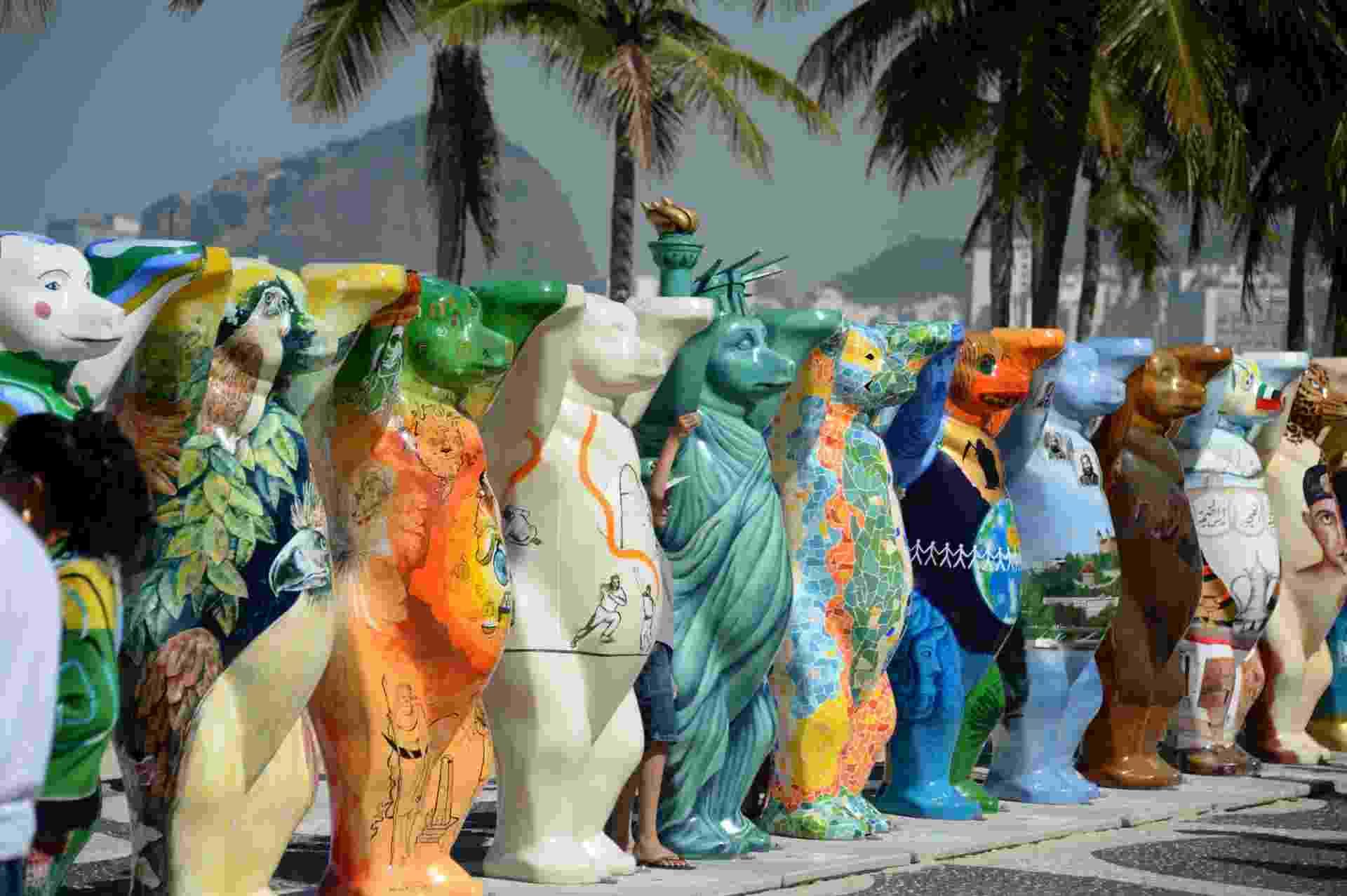 """2.mai.2014 - Calçadão da Praia do Leme, no Rio de Janeiro, recebe a exposição """"United Buddy Bears ? A Arte da Tolerância"""", em celebração ao ano da Alemanha no Brasil. - AFP"""