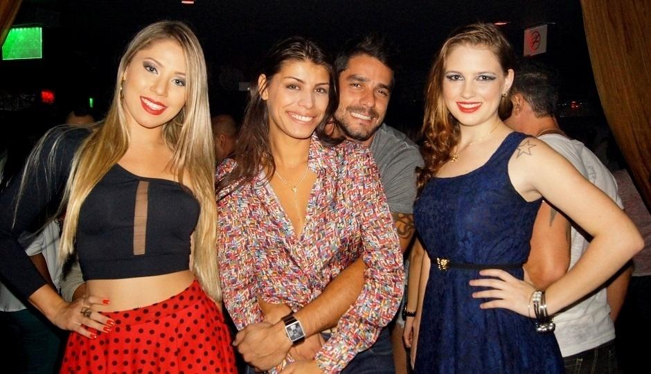 2.mai.2014 - Diego e Franciele mostraram que o romance está firme e forte ao curtirem juntinhos uma balada no Rio de Janeiro. O casal frango, como ficou conhecido no