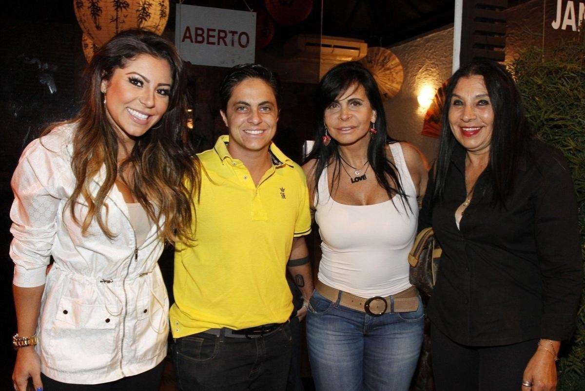 3.maio,2014 - Acompanhada da namorada, Thammy Miranda leva a mãe e a sogra para jantar no Rio. Na noite deste sábado (3), a atriz foi clicada ao chegar em um restaurante japonês com Gretchen, a modelo Andressa Ferreira e sua mãe