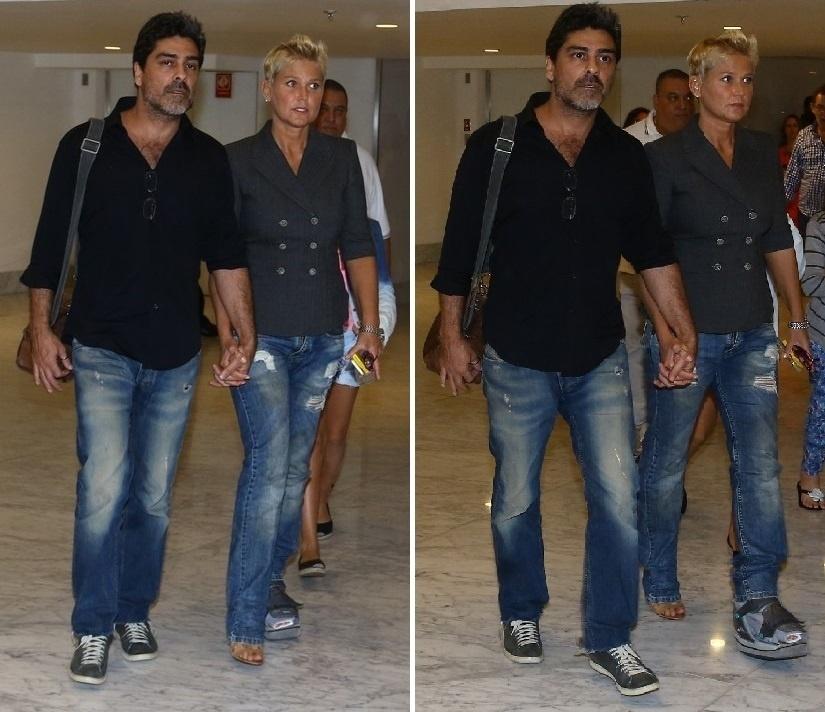 3.maio.2014 - Acompanhada de Junno, Xuxa assisti musical sobre Rita Lee no Rio. A apresentadora, que está com o pé esquerdo imobilizado desde o fim de 2013, foi clicada ao chegar com o amado no teatro Village Mall, na tarde deste sábado (3)