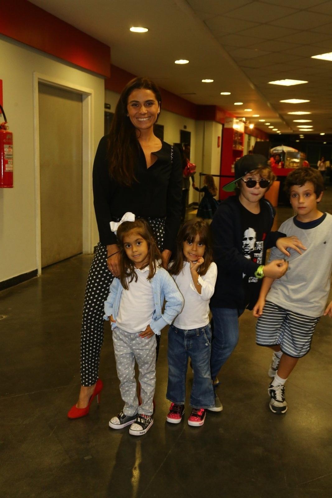 3.maio.2014 - Giovanna Antonelli leva os filhos em espetáculo infantil no Rio. Na tarde deste sábado (3), a atriz, que está fazendo sucesso com sua personagem Clara, na novela