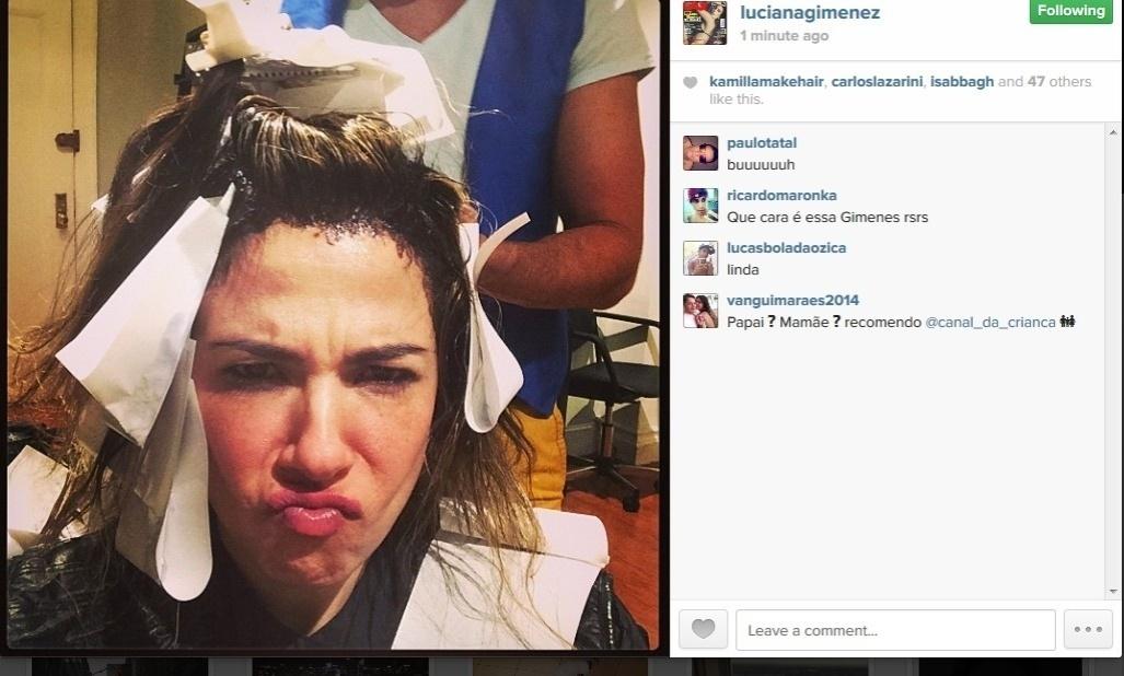 3.maio.2014 - Luciana Gimenez posta foto pintando o cabelo. Na noite deste sábado (3), a apresentadora compartilhou uma imagem sua fazendo bico enquanto cuidava das madeixas