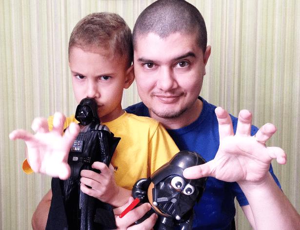 """Fãs da saga """"Star Wars"""", o designer Rodrigo Motta, 34, e seu filho Roan, 7, """"usam a Força"""" - Arquivo Pessoal"""