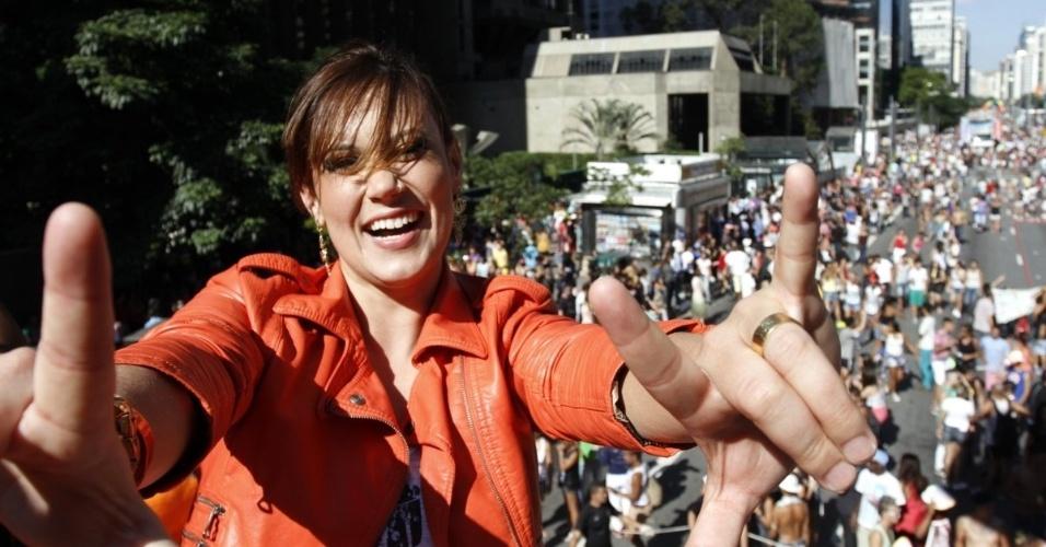 4.mai.2014 - A ex-BBB Angélica Morango posa para fotos em cima de trio da Parada do Orgulho LGBT, na avenida Paulista, em São Paulo