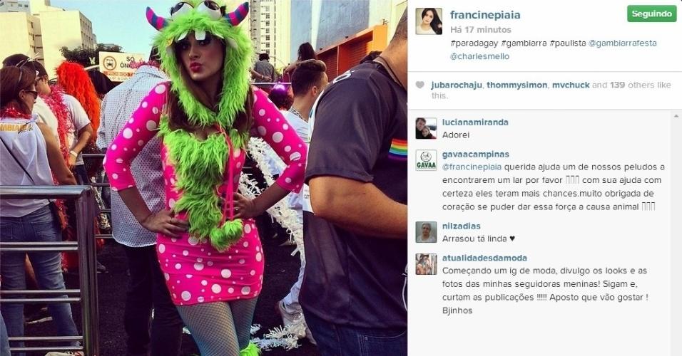 4.mai.2014 - A ex-BBB Francine Piaia vestiu uma fantasia de monstro para participar da Parada do Orgulho LGBT, em São Paulo