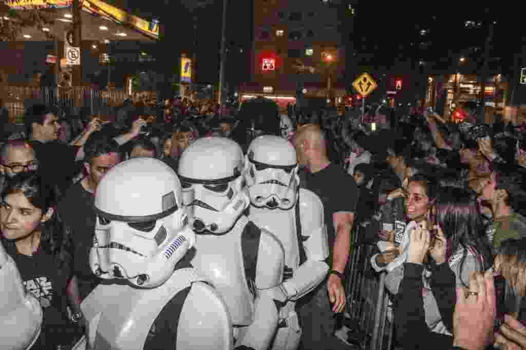 """4.mai.2014 - Fantasiados com os personagens do filme """"Star Wars"""", 5 mil fãs participam de corrida noturna que marcou o início das comemorações do Dia Mundial Star Wars no Brasil - Marco Ambrosio/Folhapress"""