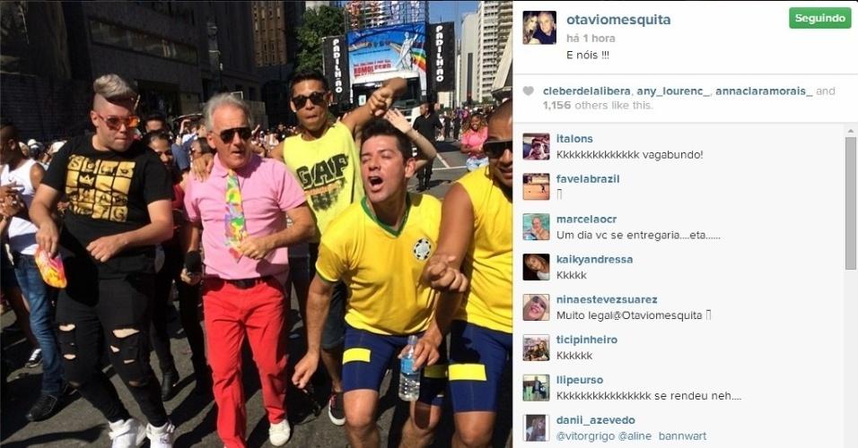 4.mai.2014 - O apresentador Otávio Mesquita publicou em seu Instagram foto com participantes da Parada do Orgulho LGBT, em São Paulo