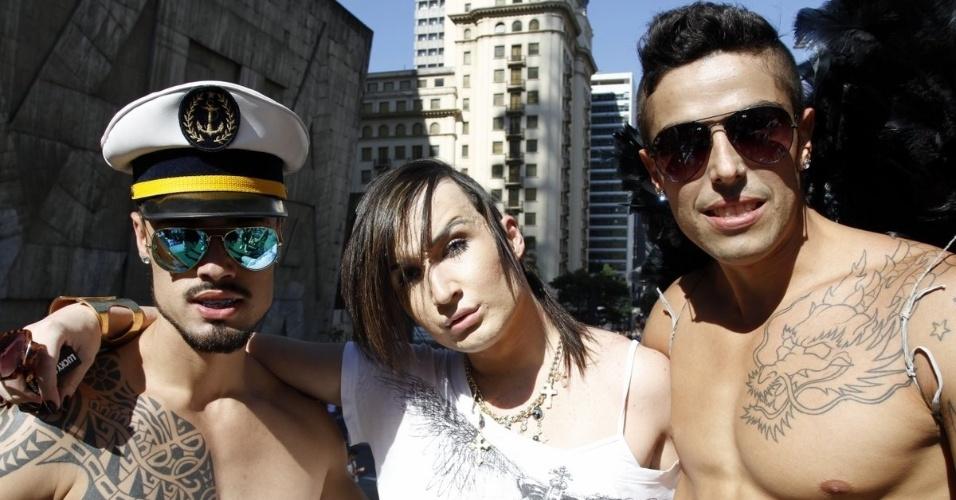 4.mai.2014 - O ex-BBB Serginho posa com participantes da Parada do Orgulho LGBT, na avenida Paulista, em São Paulo