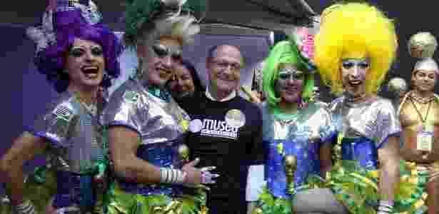 O governador de São Paulo Geraldo Alckmin posa com drag queens antes do início da Parada Gay, em São Paulo, neste domingo (4) - Paulo Eduardo Passos/AgNews