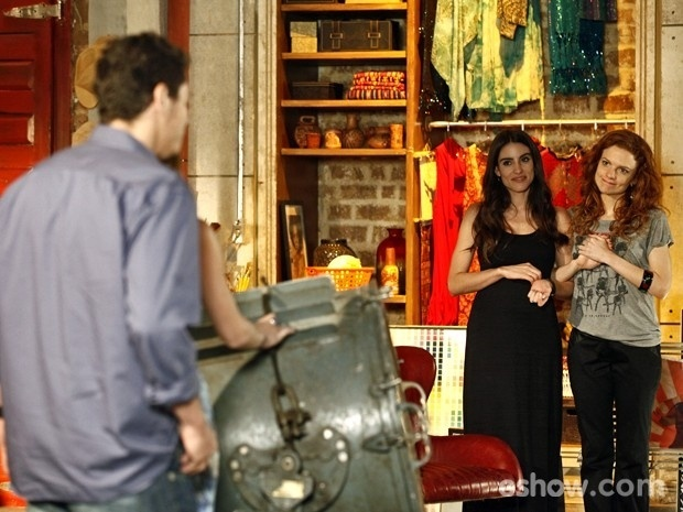 """""""Em Família"""": Flavinha e Vanessa flagram Giselle e Murilo na maior pegação"""