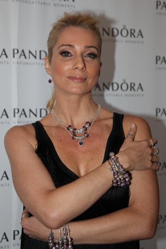 05.mai.2014- Letícia Spiller exibe joias em evento beneficente no Copacabana Palace, Rio de Janeiro