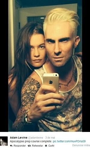 3.mai.2014 - Adam Levine, do Maroon 5, tinge o cabelo de loiro platinado e aparece em foto ao lado da noiva, a modelo Behati Prinsloo
