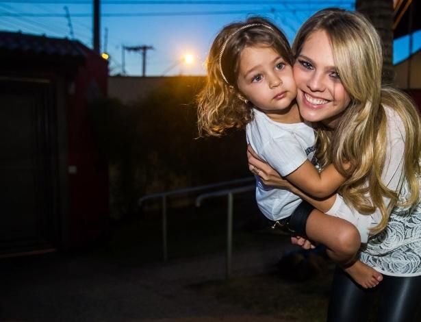 4.mai.2014 - A arquiteta Thaís Gebelein brinca com a filha Maria Sophia na comemoração dos três anos da menina em uma casa de festas em Rio Claro (SP)