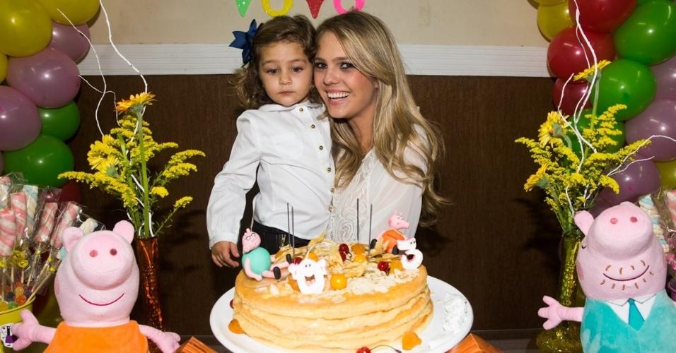 4.mai.2014 - A arquiteta Thaís Gebelein posa com a filha Maria Sophia na festa de três anos da menina em Rio Claro (SP)