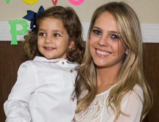 4.mai.2014 - A arquiteta Thaís Gebelein posa com a filha Maria Sophia no colo durante os parabéns para a menina, que comemorou três anos em uma casa de festas em Rio Claro (SP)