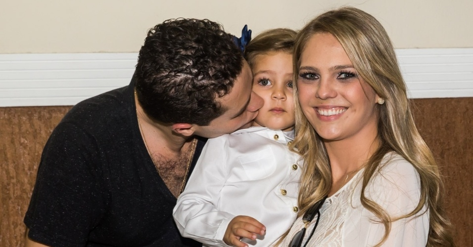 4.mai.2014 - Ao lado de sua mulher, a arquiteta Thaís Gebelein, o cantor Pedro Leonardo beija a filha Maria Sophia nos três anos da menina em uma casa de festas em Rio Claro (SP)